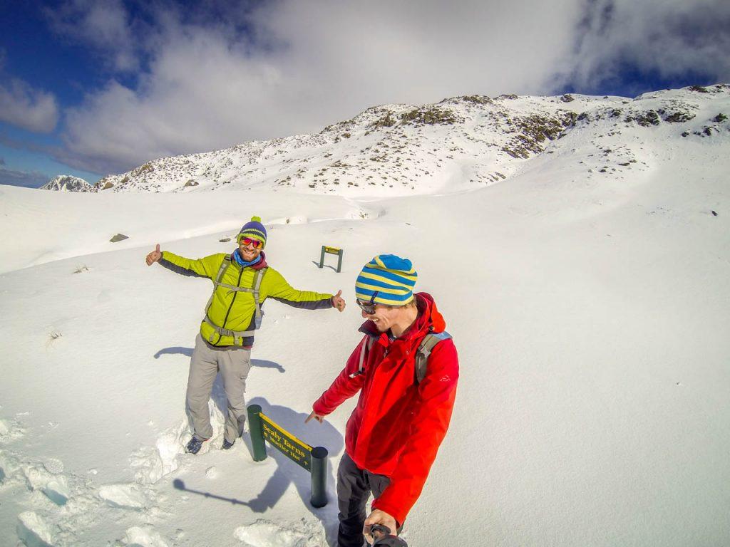 Gipfel von Sealy Tarns Track im Schnee erreicht