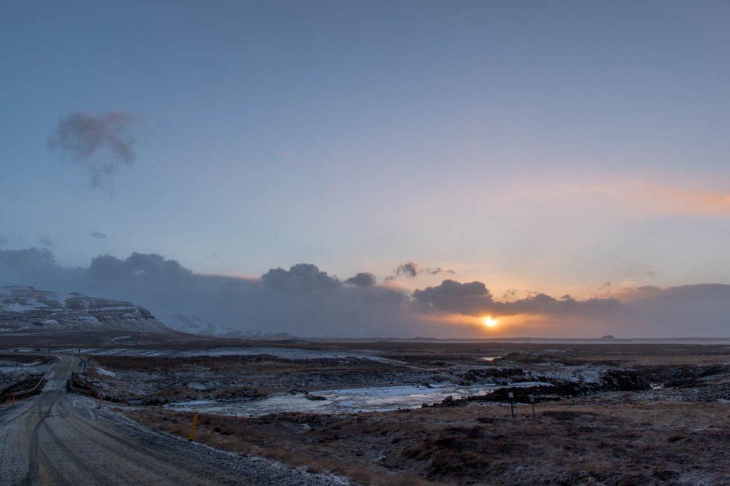 Sonnenuntergang während des Road Trips durch Island