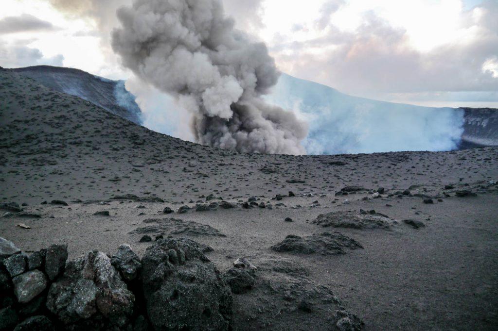 Aufsteigende Asche aus dem Vulkan Mt Yasur