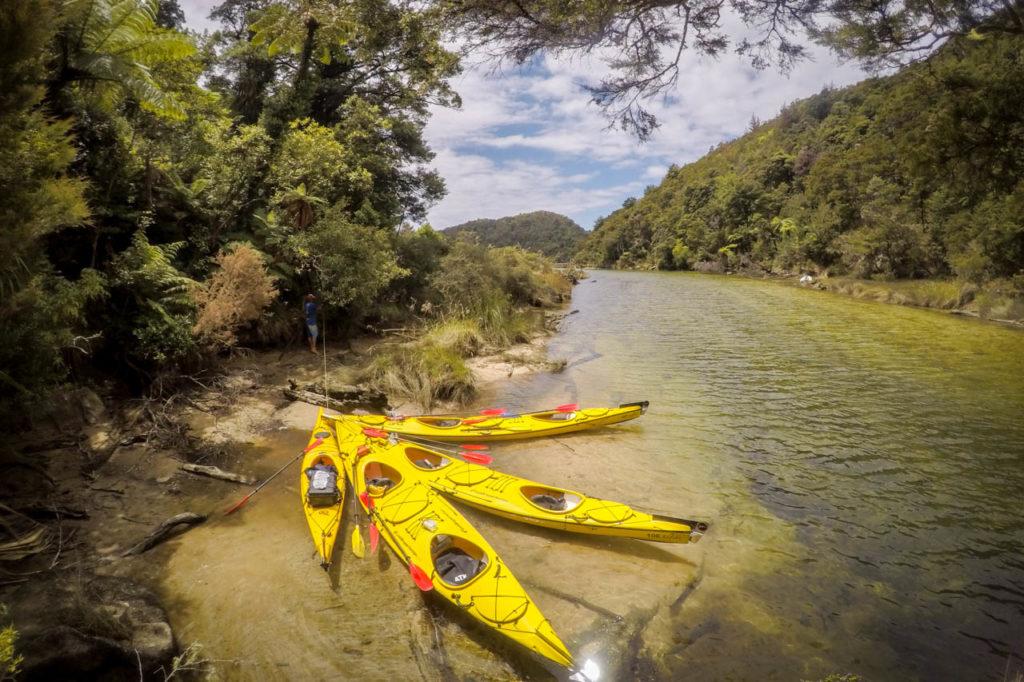 Angebundene Kayaks auf dem Falls River