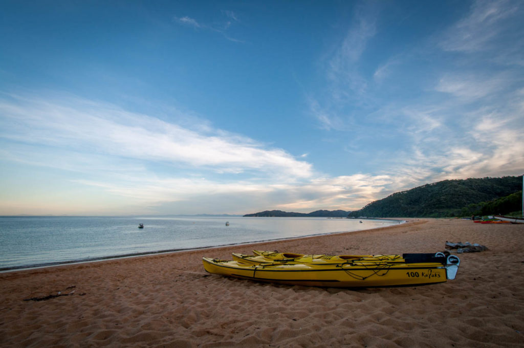 Kayaks am Strand des Abel Tasman Coastal Tracks